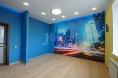 Фотообои на стене в сочетании с сочным цветом стен задают правильное игровое настроение