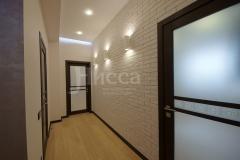 Светлая кирпичная текстура в сочетании с мягким светом преображают пространство коридора