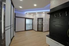 Удачный световой дизайн подчеркивает простор планировки этой трехкомнатной квартиры