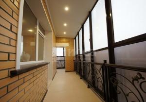 Дизайн балконов в трехкомнатной квартире на Российской 21