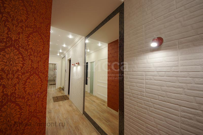 На фото: модная фишка дизайна коридора - стены разных текстур и огромные встроенные зеркала