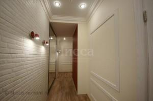 На фото: классические элементы дизайна - филенчатые стены и лепнина