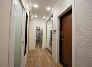 Дизайн коридора сильно выиграл от продуманного выбора межкомнатных дверей