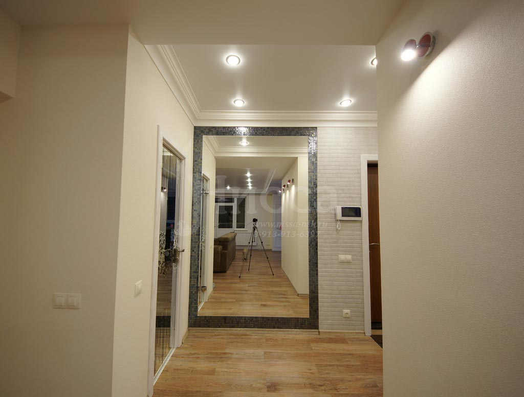 Огромные зеркала расширяют пространство коридоров