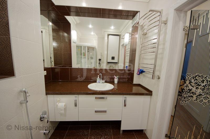Хороший тон в современном ремонте ванной комнаты - огромные зеркала