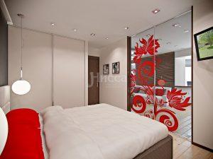 Стеклянная дверь между спальней и гостиной