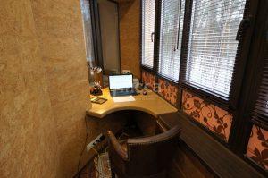 После утепления лоджии получился удобный рабочий кабинет.
