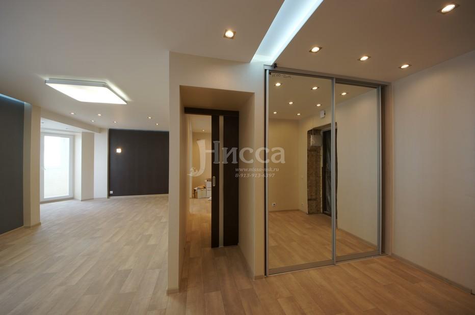 Дверь в узком коридоре откатывается в нишу. Идеи для ремонта квартир.
