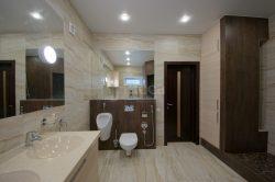 Керамогранит и мозаика в отделке ванной. Ремонт коттеджа.