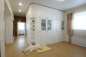 Встроенная мебель для коттеджа. Очень вместительный сильный шкаф.