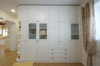 Встроенная мебель для коттеджа. Очень вместительный стильный шкаф.