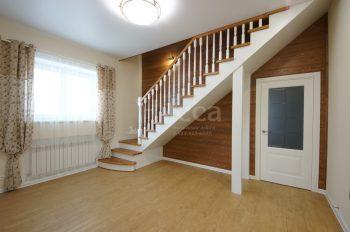 Отделка пола в коттедже. Плитка ПВХ может вплотную подходить к опорам лестницы. Ламинат, например, только через деформационные порожки.