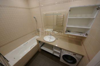 Под акриловой столешницей стандартно располагаются стиральная машина и выдвижные ящики. (фото сделано до монтажа дверок)