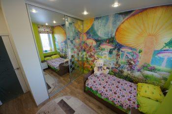 Обои-фреска для детской сделанные под заказ. Рисунок выполнен цветным песком.