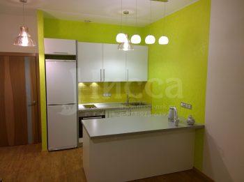 Обои для кухонной зоны интенсивного цвета, так же как и плитка.