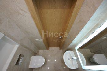 Интересное зеркало с круговой диодной подсветкой для небольшого туалета