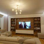 Громадный телевизор в гостиной