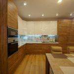 Большая и удобная угловая кухня со встроенной мебелью
