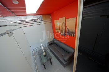 На алом потолке вставка из белого матового натяжного потолка с внутренней подсветкой